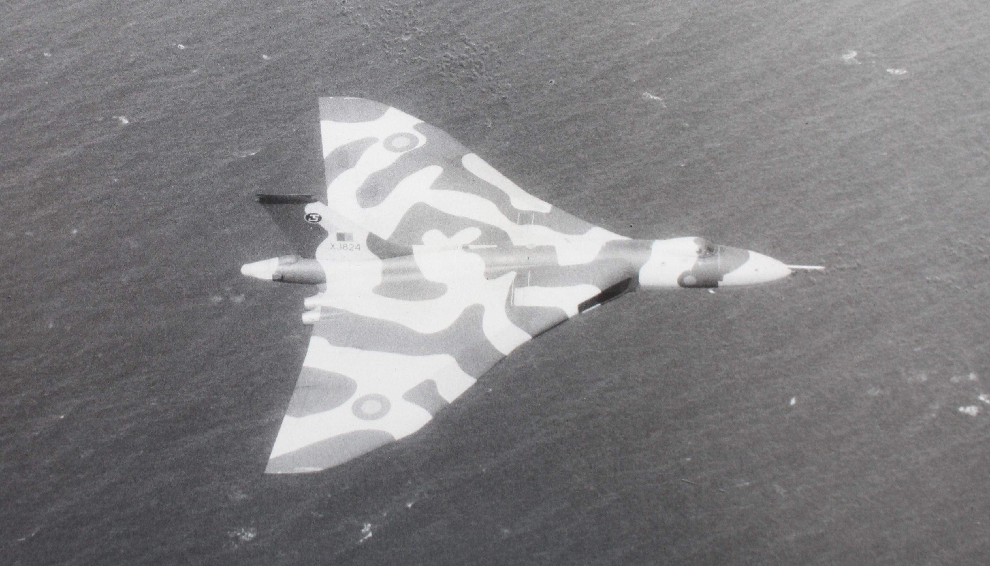 XJ824 [1976].jpg